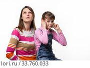 Мама хочет чихнуть, дочка заткнула уши пальцами. Стоковое фото, фотограф Иванов Алексей / Фотобанк Лори