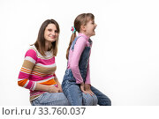 На коленях мамы сидит дочка и радостно смеется повернувшись в сторону. Стоковое фото, фотограф Иванов Алексей / Фотобанк Лори