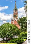 Купить «View of the Spasskaya tower of the Moscow Kremlin», фото № 33774093, снято 9 июля 2019 г. (c) FotograFF / Фотобанк Лори