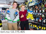 Woman with boyfriend are demonstrating ski boots. Стоковое фото, фотограф Яков Филимонов / Фотобанк Лори