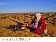 Morocco, Tafilalet region, Merzouga desert, erg Chebbi dunes, making tea in the desert. Редакционное фото, фотограф Philippe Michel / age Fotostock / Фотобанк Лори