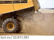 Купить «Harvest saskatchewan Canada Combine in wheat field», фото № 33811081, снято 1 июня 2020 г. (c) age Fotostock / Фотобанк Лори