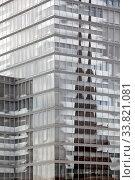 Купить «Architekturkontrast, Spiegelung des Koelner Dom im Koelnturm, Mediapark, Koeln, Rheinland, Nordrhein-Westfalen, Deutschland, Europa», фото № 33821081, снято 2 июня 2020 г. (c) age Fotostock / Фотобанк Лори