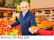 Rentner beim Gemüse kaufen zusammen in der Gemüseabteilung im Supermarkt. Стоковое фото, фотограф Zoonar.com/Robert Kneschke / age Fotostock / Фотобанк Лори