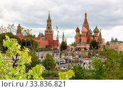 Spasskaya Tower of Moscow Kremlin, Cathedral of Vasily Blessed (2019 год). Редакционное фото, фотограф FotograFF / Фотобанк Лори
