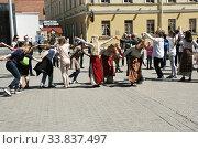 Танцы в национальных платьях на городском празднике (2019 год). Редакционное фото, фотограф Марина Шатерова / Фотобанк Лори