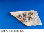Самодельные конфеты из сухофруктов с какао и орехами. Стоковое фото, фотограф Наталья Гармашева / Фотобанк Лори