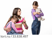 Купить «Мама ругает старшую дочь за то что она обидела младшую», фото № 33838497, снято 15 мая 2020 г. (c) Иванов Алексей / Фотобанк Лори