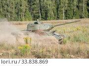 Купить «Советский старый средний танк времен Великой Отечественной войны Т-34-85 движется в пыли», фото № 33838869, снято 25 августа 2018 г. (c) Малышев Андрей / Фотобанк Лори