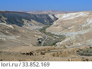 Landscape of Ein Avdat and Zin Valley. Road in Negev desert, semidesert region of southern Israel (2019 год). Стоковое фото, фотограф Валерия Попова / Фотобанк Лори