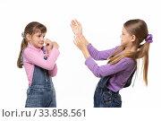 Сестры разозлились друг на друга и устроили драку. Стоковое фото, фотограф Иванов Алексей / Фотобанк Лори