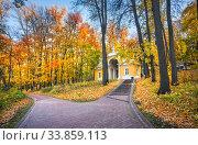 Павильон Миловида в Царицыно в Москве среди осенних деревьев (2018 год). Редакционное фото, фотограф Baturina Yuliya / Фотобанк Лори