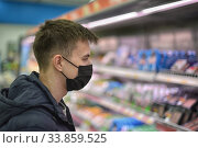 A customer masked coronavirus supermarket are shopping. Стоковое фото, фотограф Анфимов Леонид / Фотобанк Лори