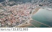 Picturesque aerial view of Mediterranean coastal town of Roses with yachts moored in harbor, Costa Brava, Spain (2019 год). Стоковое видео, видеограф Яков Филимонов / Фотобанк Лори