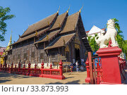 Древний деревянный  вихан старинного буддистского храма Wat Phantao крупным планом солнечным днем. Чиангмай, Таиланд (2018 год). Редакционное фото, фотограф Виктор Карасев / Фотобанк Лори
