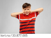 Купить «boy closing ears with hands over grey background», фото № 33877005, снято 2 мая 2020 г. (c) Syda Productions / Фотобанк Лори