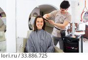 Stylist doing haircut for woman in salon. Стоковое фото, фотограф Яков Филимонов / Фотобанк Лори