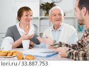 Elderly couple and social employee. Стоковое фото, фотограф Яков Филимонов / Фотобанк Лори