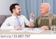 Elderly man and agent rent apartments. Стоковое фото, фотограф Яков Филимонов / Фотобанк Лори
