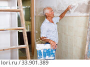 Elderly man with spatula and plaster. Стоковое фото, фотограф Яков Филимонов / Фотобанк Лори