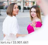 Girls are rejecting stranger man who wants acquintance with them. Стоковое фото, фотограф Яков Филимонов / Фотобанк Лори