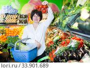 Mature woman buying fresh tomatoes. Стоковое фото, фотограф Яков Филимонов / Фотобанк Лори