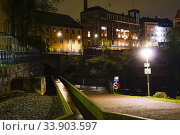 Norrkoping, Sweden The Stromparken at night and water from the Motala Strom. Стоковое фото, фотограф A. Farnsworth / age Fotostock / Фотобанк Лори