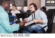 Multiracial partners talking. Стоковое фото, фотограф Яков Филимонов / Фотобанк Лори