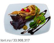Broiled quail legs with avocado, cranberries, greens, balsamic. Стоковое фото, фотограф Яков Филимонов / Фотобанк Лори