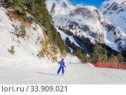 Back view of a girl ski downhill in the mountain. Стоковое фото, фотограф Сергей Новиков / Фотобанк Лори