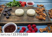 Raw small cheesecakes on the wooden board. Стоковое фото, фотограф Константин Шишкин / Фотобанк Лори