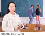 Купить «Portrait of chinese girl student holding notebook in auditorium», фото № 33919105, снято 9 марта 2020 г. (c) Яков Филимонов / Фотобанк Лори