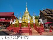 Чеди древнего  буддистского храма Wat Phantao  солнечным днем. Чиангмай, Таиланд (2018 год). Редакционное фото, фотограф Виктор Карасев / Фотобанк Лори