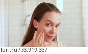 Woan touching her face enjoying her clean skin. Стоковое видео, видеограф Ekaterina Demidova / Фотобанк Лори