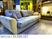 Интерьер уютной гостиной с мягким диваном. Стоковое фото, фотограф Евгений Ткачёв / Фотобанк Лори
