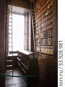 Купить «The Long Room interior Of The Old Library At Trinity College. Marble busts of great people and shelves with antique tomes», фото № 33928981, снято 24 июня 2019 г. (c) Nataliia Zhekova / Фотобанк Лори
