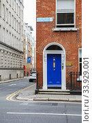 A blue door in Dublin, Ireland. Arched Georgian door house front (2019 год). Редакционное фото, фотограф Nataliia Zhekova / Фотобанк Лори