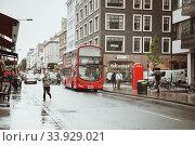 London, United Kingdom - August 18, 2017: The streets of London during the rain. Редакционное фото, фотограф Nataliia Zhekova / Фотобанк Лори