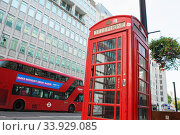 Купить «LONDON - AUGUST 19, 2017: Red telephone box and double decker bus, London», фото № 33929085, снято 19 августа 2017 г. (c) Nataliia Zhekova / Фотобанк Лори