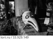 Plague mask in The Old Operating Theatre Museum and Herb Garret, London, UK (2017 год). Редакционное фото, фотограф Nataliia Zhekova / Фотобанк Лори
