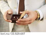 Groom with wedding rings. Стоковое фото, фотограф Nataliia Zhekova / Фотобанк Лори