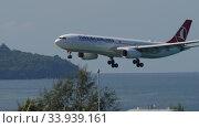 Купить «Turkish Airlines Airbus A330 approaching before landing», видеоролик № 33939161, снято 27 ноября 2019 г. (c) Игорь Жоров / Фотобанк Лори