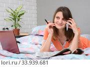 Счастливая девушка разговаривает о приеме на работу с работодателем по телефону. Стоковое фото, фотограф Иванов Алексей / Фотобанк Лори
