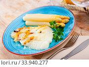 Roasted halibut fillet with asparagus. Стоковое фото, фотограф Яков Филимонов / Фотобанк Лори