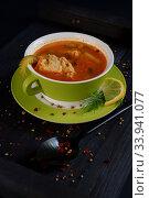 Купить «Суп рассольник с лимоном в зеленой чашке на черном столе», фото № 33941077, снято 6 июня 2020 г. (c) ирина реброва / Фотобанк Лори