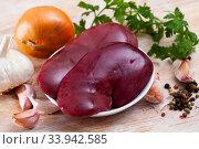 Купить «Cooking pork kidneys with parsley and garlic on the table», фото № 33942585, снято 2 июля 2020 г. (c) Яков Филимонов / Фотобанк Лори