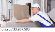 Worker engaged in drywall mounting. Стоковое фото, фотограф Яков Филимонов / Фотобанк Лори