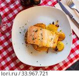 Deliciously steak of baked salmon with onion and potatoes. Стоковое фото, фотограф Яков Филимонов / Фотобанк Лори