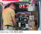 Кофейня оборудованная в багажнике легкового автомобиля (2019 год). Редакционное фото, фотограф Вячеслав Палес / Фотобанк Лори