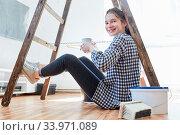 Junge Frau macht Kaffeepause bei der Renovierung im neuen Haus oder der neuen Wohnung. Стоковое фото, фотограф Zoonar.com/Robert Kneschke / age Fotostock / Фотобанк Лори